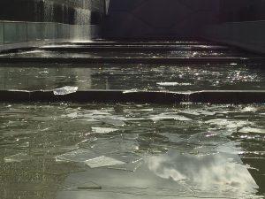 やがて氷が割れ、徐々に段々を滑ります